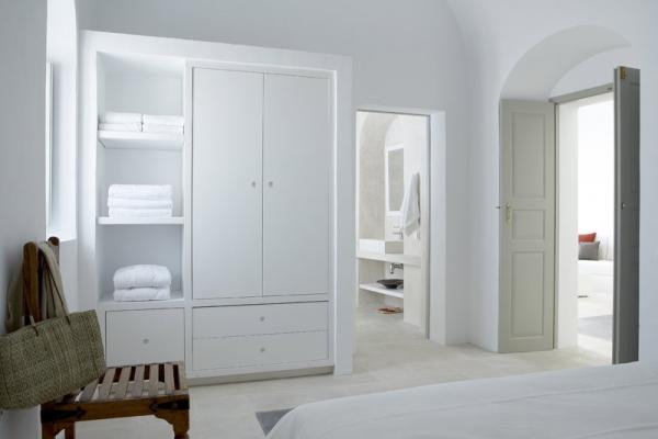 a-white-villa-in-santorini-10