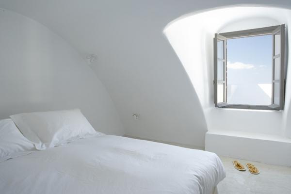 a-white-villa-in-santorini-11