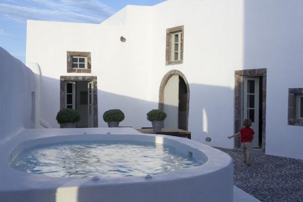 a-white-villa-in-santorini-3