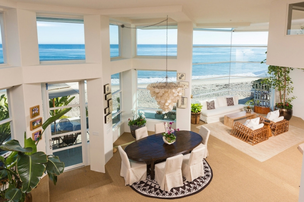 Amazing beach house stuns with its design and views (1)