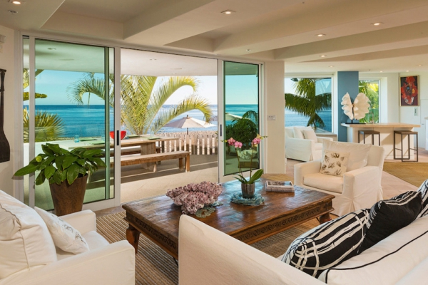 Amazing beach house stuns with its design and views (12)