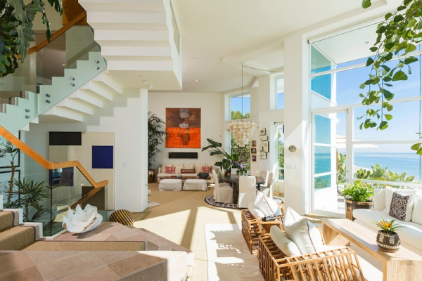 Amazing beach house stuns with its design and views (13)
