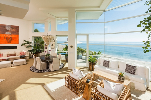Amazing beach house stuns with its design and views (15)
