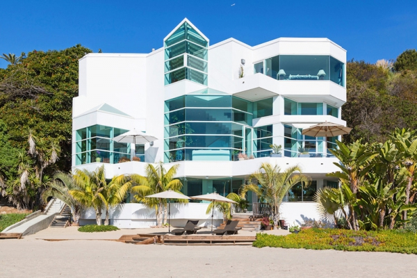 Amazing beach house stuns with its design and views (16)