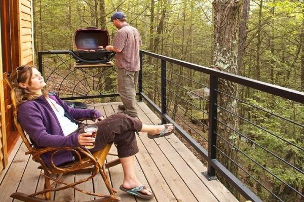 Tiny wooden retreat (9)