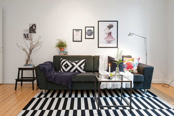 Cute apartment with simple black and white decor - Alfombra stockholm ikea ...