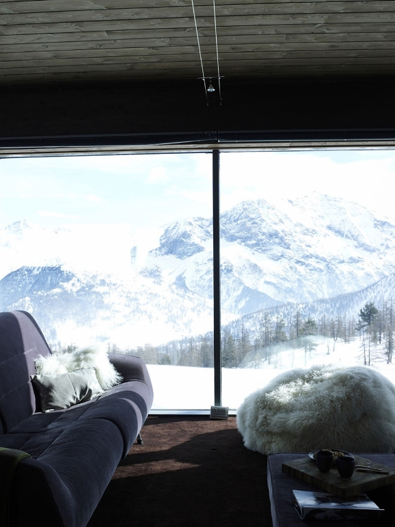 lovely-glass-chalet-tucked-away-in-the-mountains-7