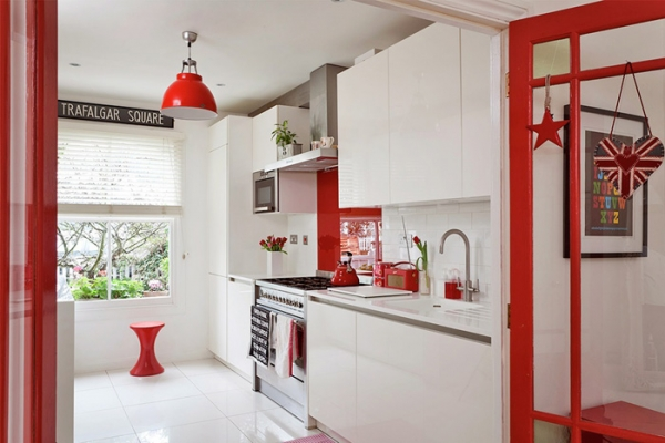 lovely-red-and-white-in-this-london-house-8