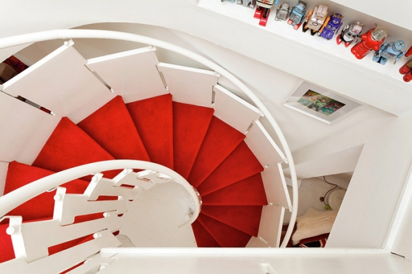 lovely-red-and-white-in-this-london-house-9