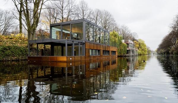 Luxurious houseboat (1)