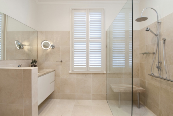 Making your bathroom look more spacious with a glass shower (3)