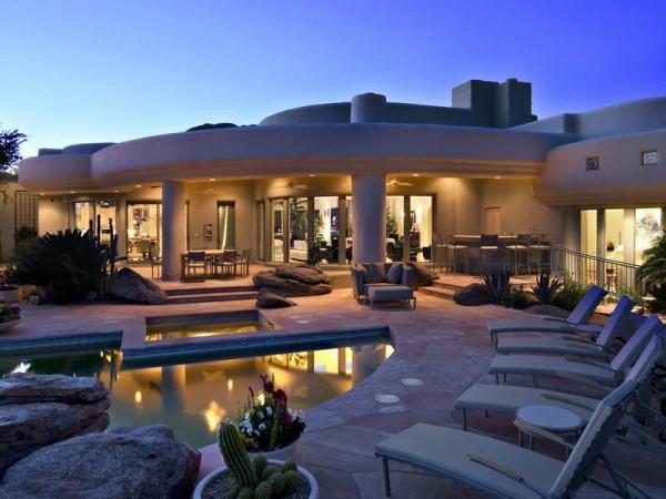 Marvelous house tucked away in the Arizona Desert (1)