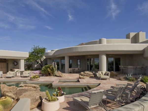 Marvelous house tucked away in the Arizona Desert (6)