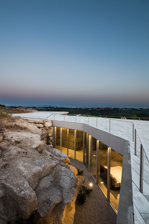Minimalist guesthouse in Portugal (8)