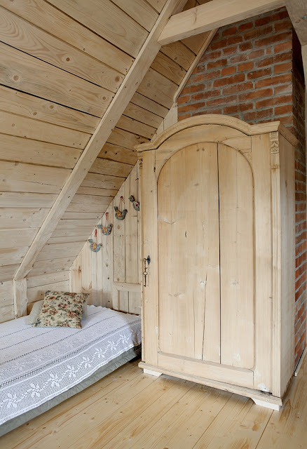 romantic-wooden-cottage-10