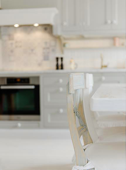 snow-white-and-cozy-a-lovely-kitchen-3
