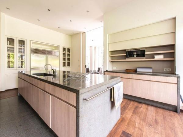 Stunning and modernly elegant apartment interior (10)