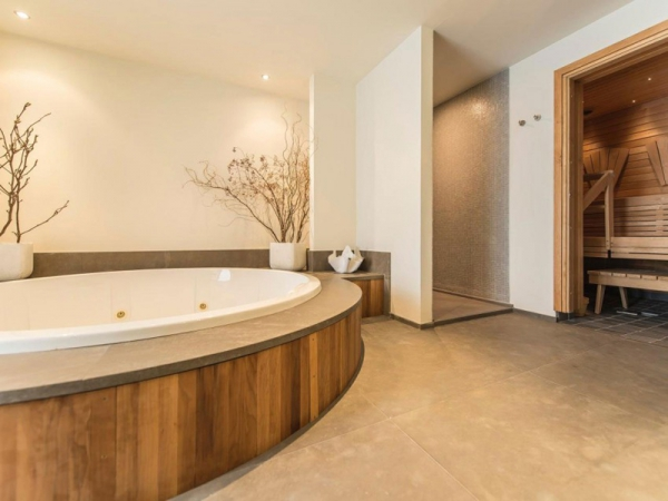 Stunning and modernly elegant apartment interior (13)