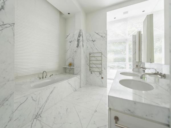 Stunning and modernly elegant apartment interior (14)