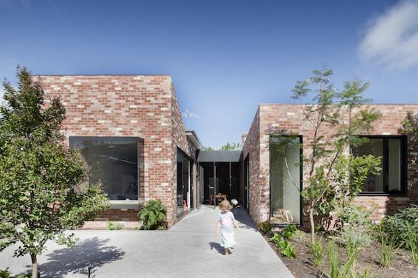 Sturdy red brick walls in Australia  (1)