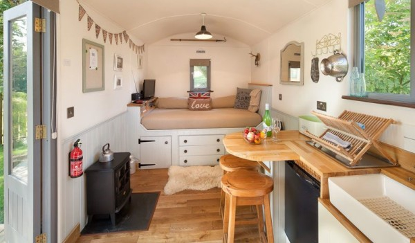 Stylish country cabin in England (2)