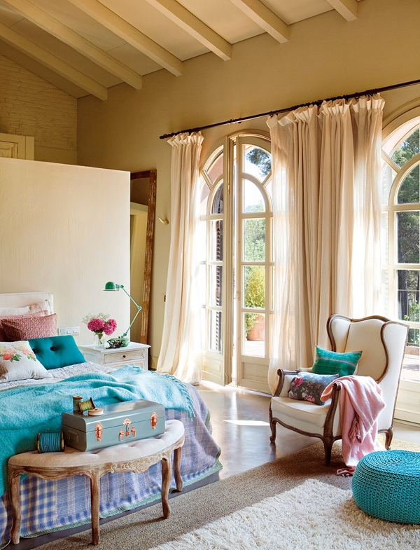 the-play-of-light-and-air-inside-this-gorgeous-bedroom-3