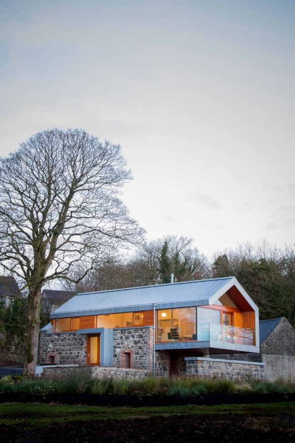 theres-something-special-about-this-renovated-barn-house-1
