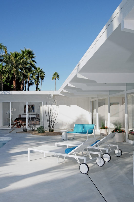 we-love-the-white-design-in-this-mid-century-home-3