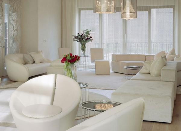 white-interior-design-of-the-kensington-house-1