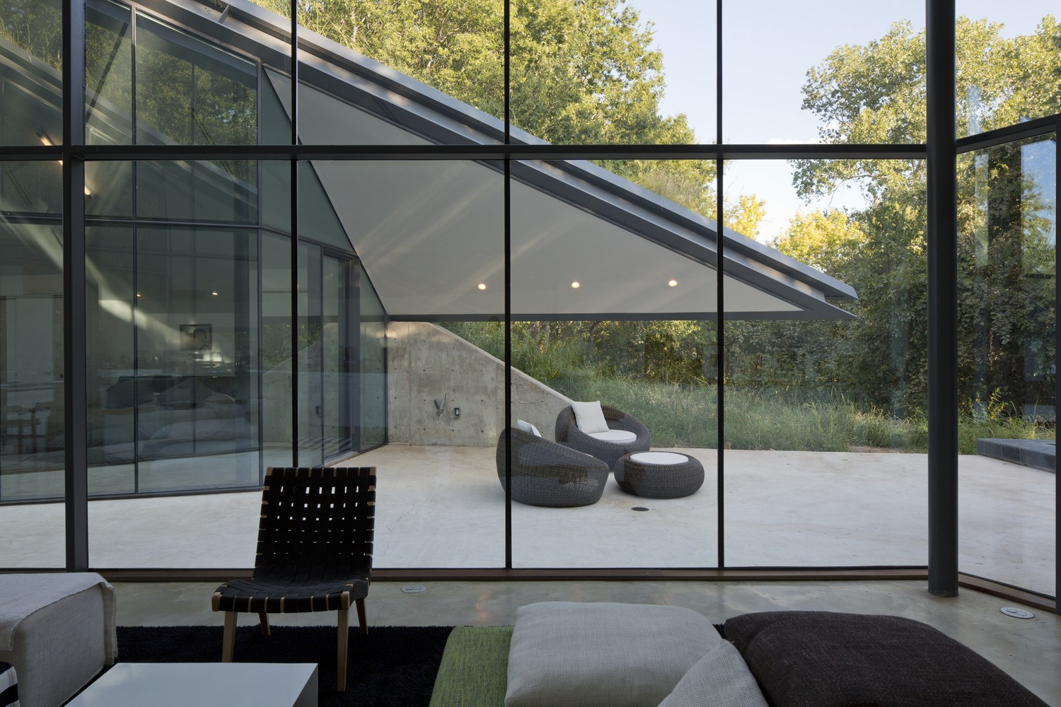Edgeland House's glass walls