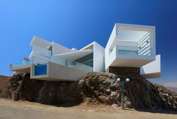 Contemporary beach house in Peru