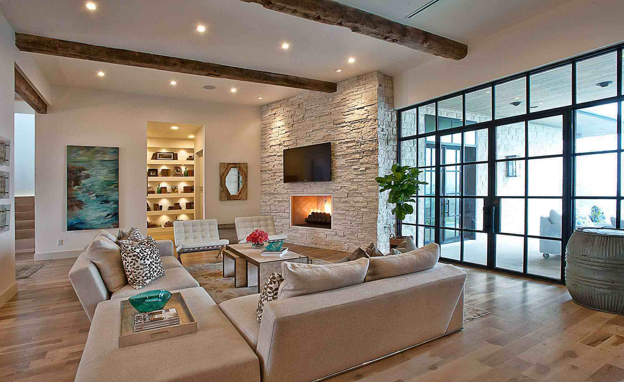 Beautiful House on Cat Mountain: stone wall in the living room