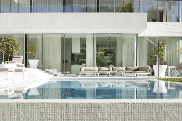 Monovolume's white villa