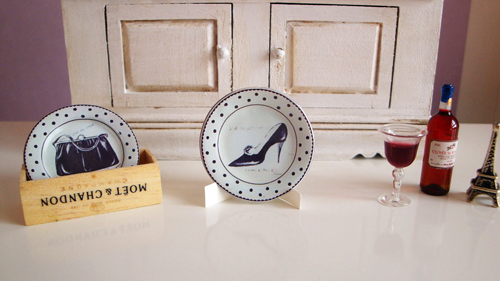 Miniature plate with chic decoration