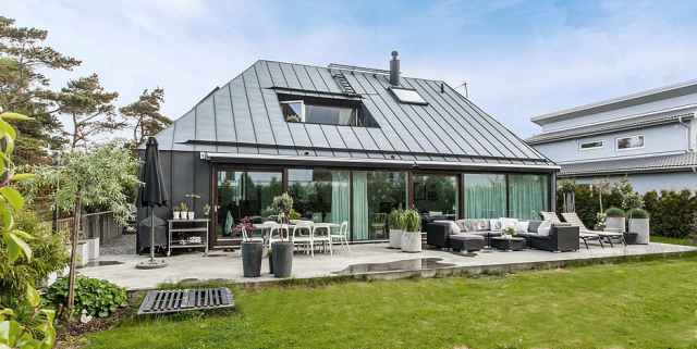 Modern Nordic house in black and white