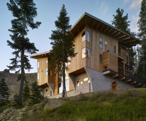 Crow's nest: a modern wooden house in the Sugar Bowl ski resort