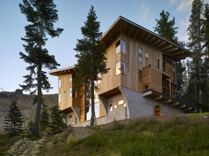 Crows nest a modern wooden house in the sugar bowl ski resort