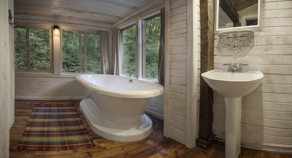 Bathroom in the Hillside Cabin