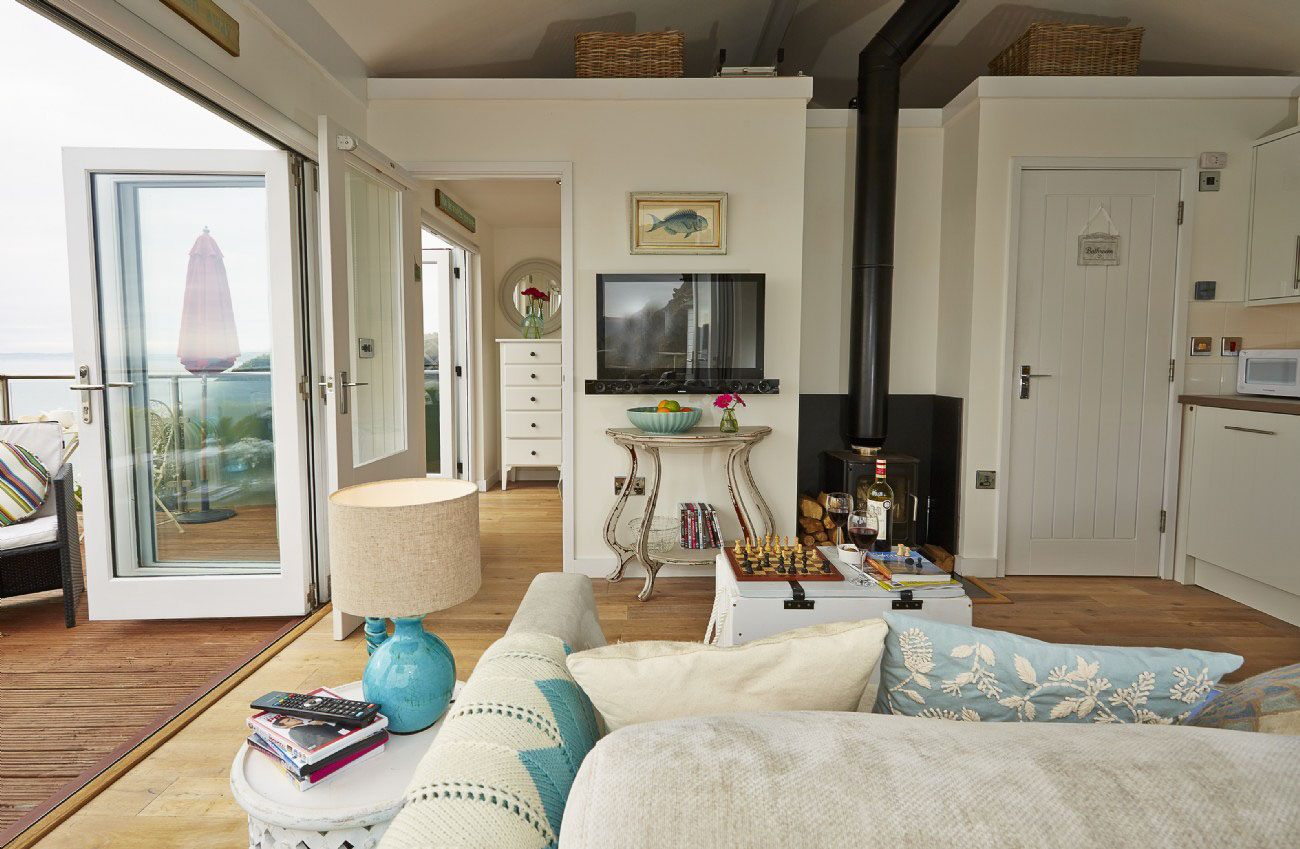 This English Beach Hut Is Anything But Corny! – Adorable Home