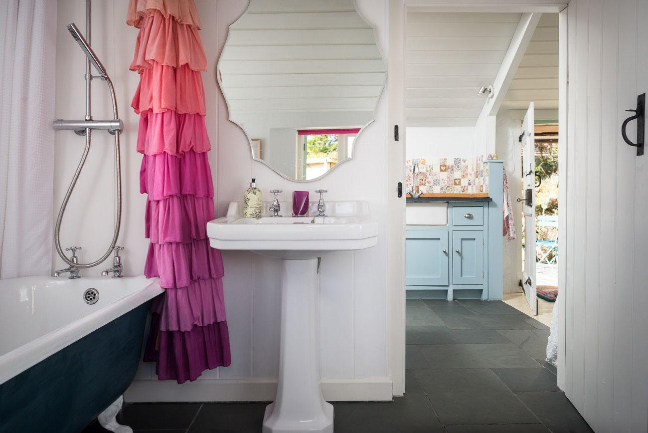 A Romantic Cottage - bathroom