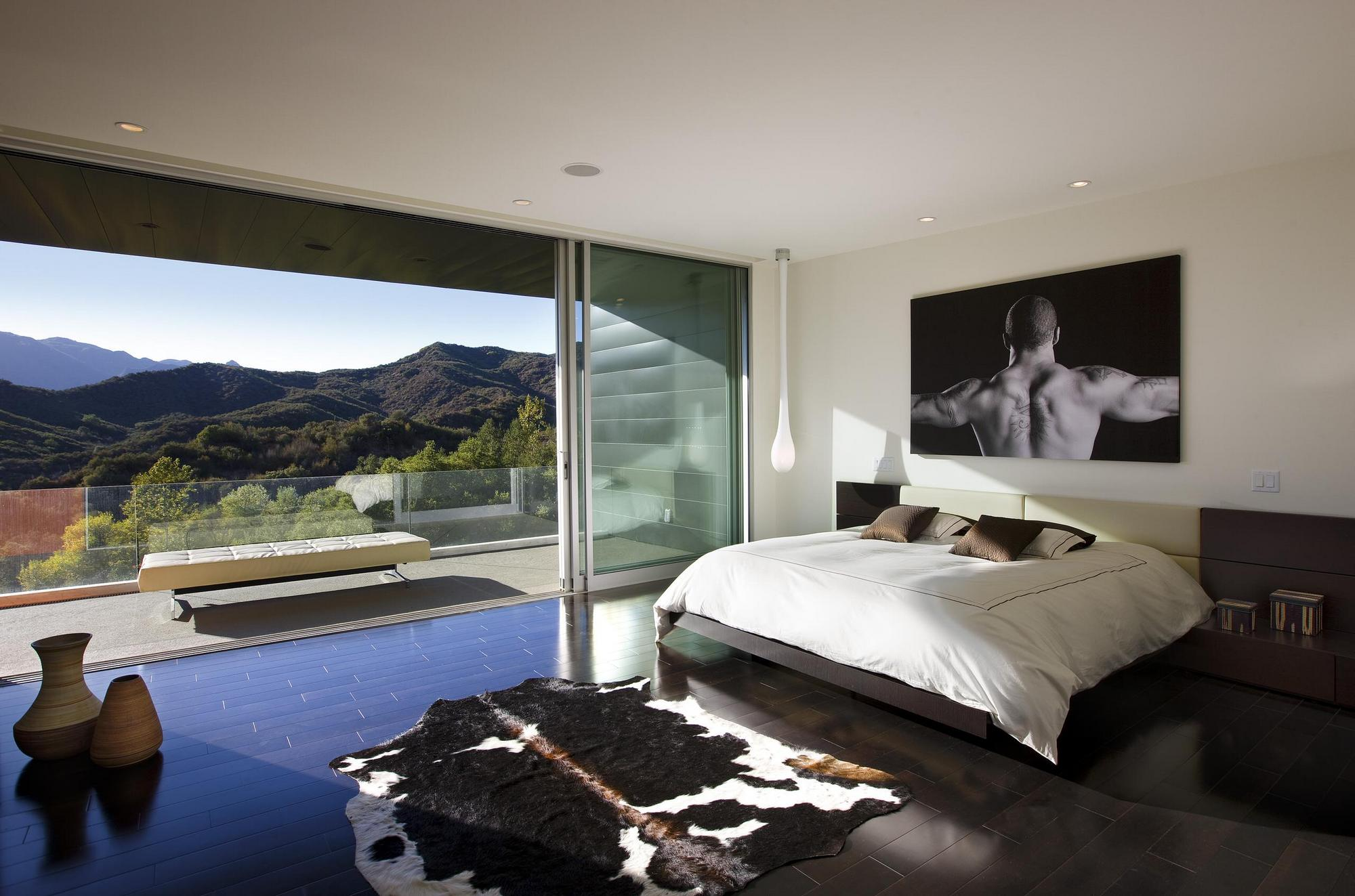 Bedroom Design With a Floor-to-Ceiling Windows and Mountain View