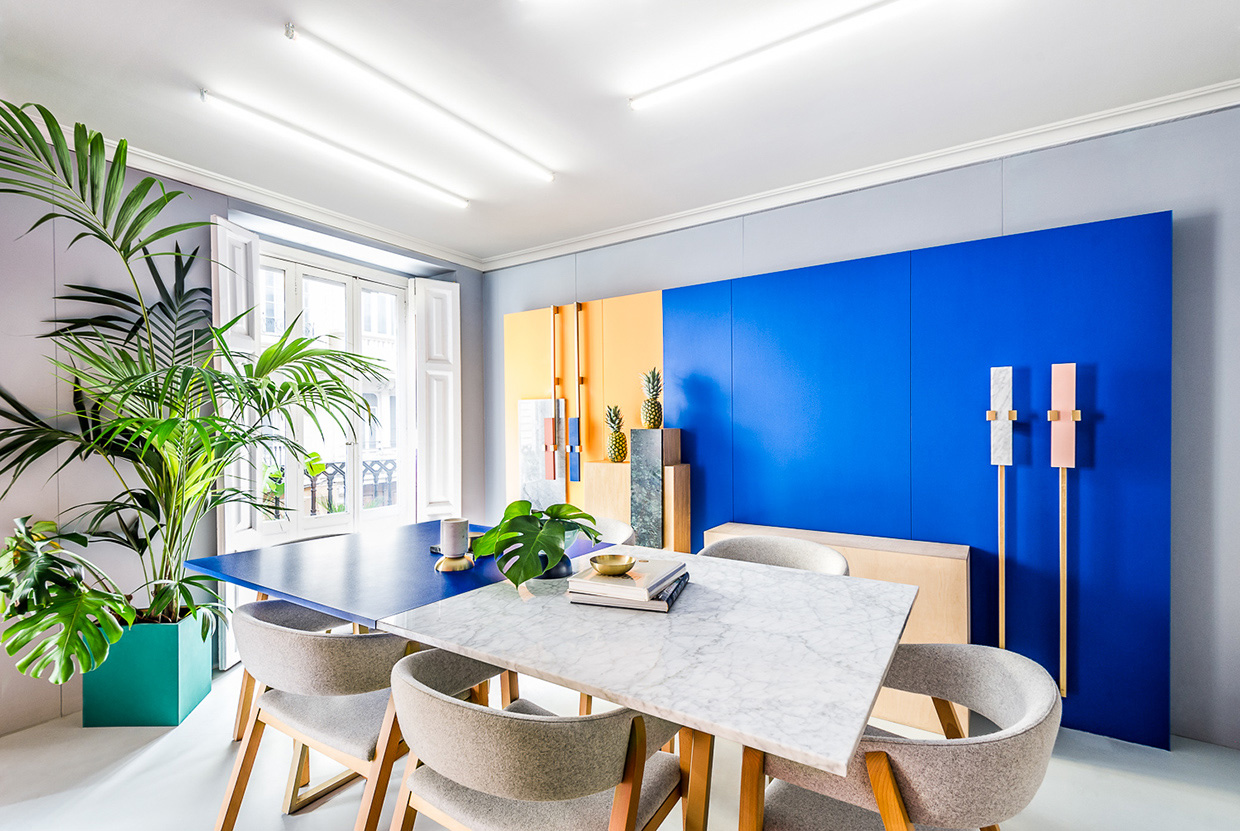 Colorful meeting area for Interior design moderno