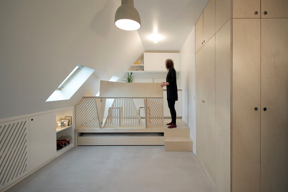 Incredible transformation of a tiny attic studio in paris for Amenagement grenier en chambre