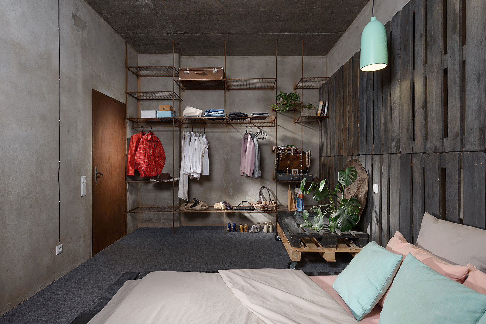 Industrial style bedroom - wall with shelving system
