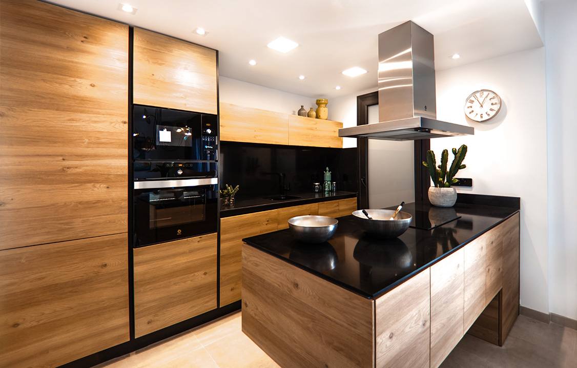 Modern kitchen in black and wood