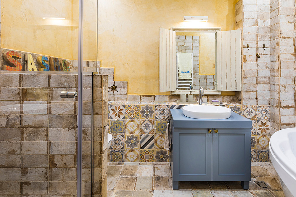 Bathroom in yellow and blue
