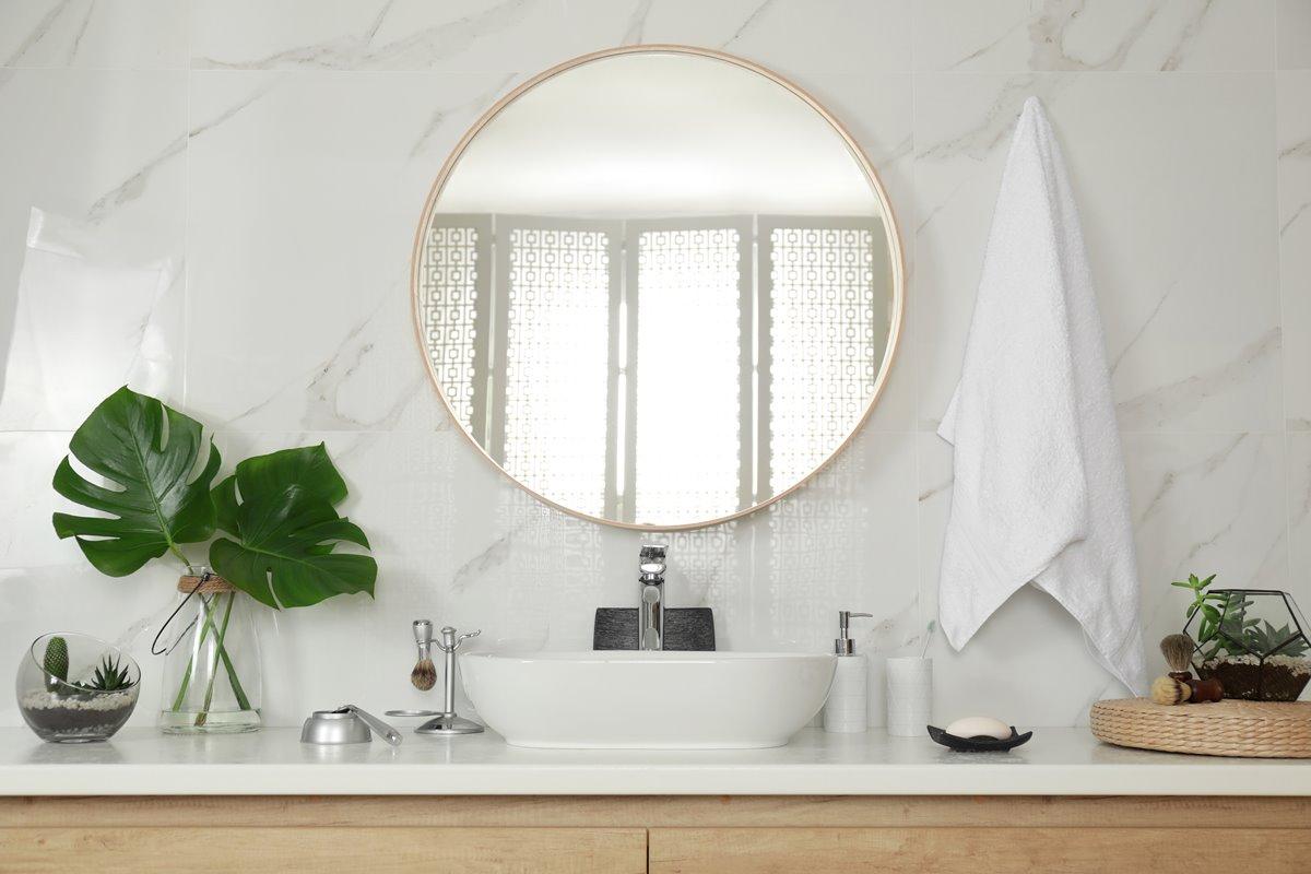 Cozy bathroom with round mirror