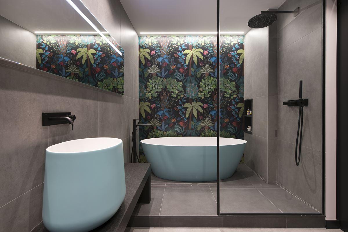 Modern bathroom with a tub