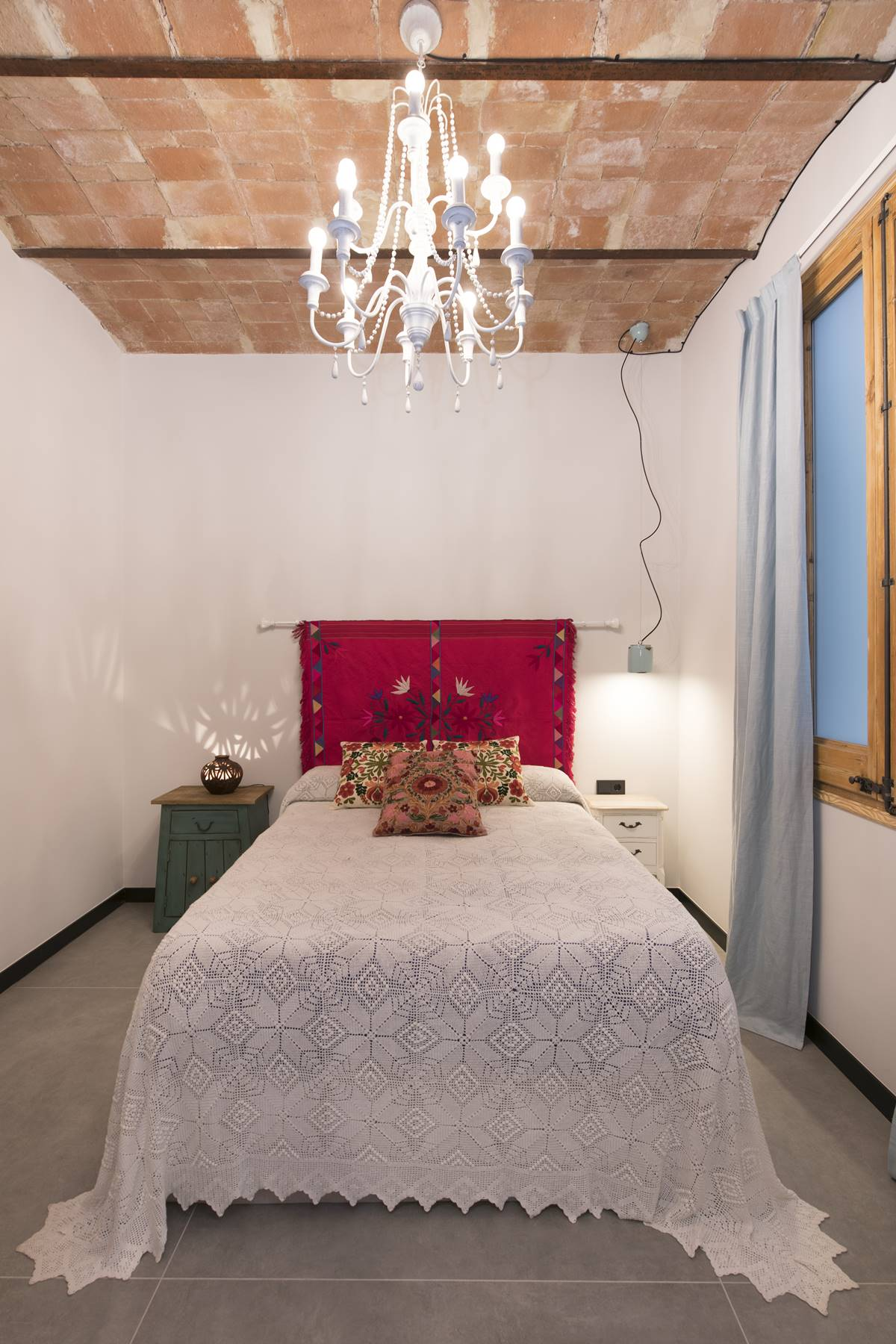 Guest bedroom with a brick ceiling