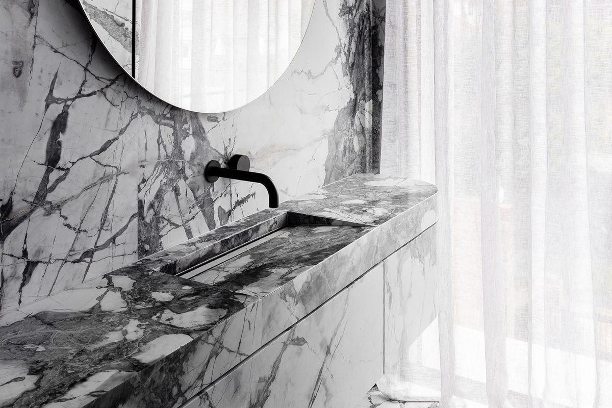 Scalpellino House - marble bathroom